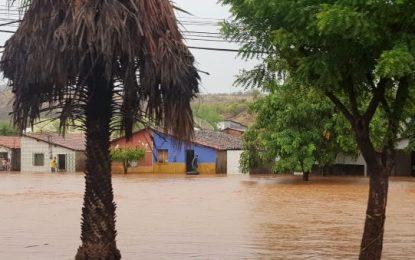 Picos registra a maior chuva dos últimos 15 anos, vários pontos alagados e risco de desmoronamento