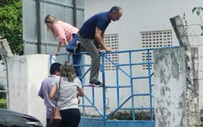 Filha de Mão Santa é flagrada pulando muro da Agespisa em Parnaíba