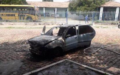 Carro fica totalmente destruído após pegar fogo em frente à Prefeitura de Floriano