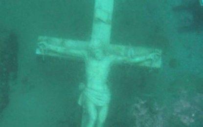 Dezenas mergulham em lago para ver estátua de Jesus, vista após 4 anos