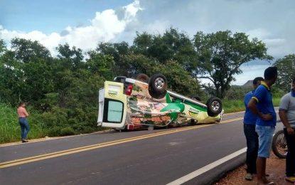 Ambulância que transportava pacientes capota na rodovia BR-135, no Sul do Piauí