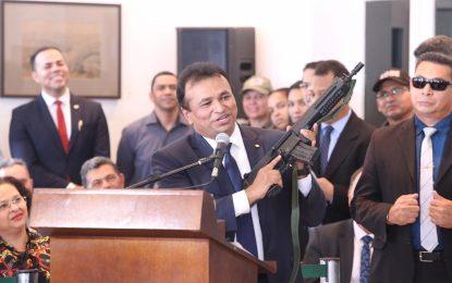 Fábio Abreu segura fuzil durante posse como secretário de Segurança
