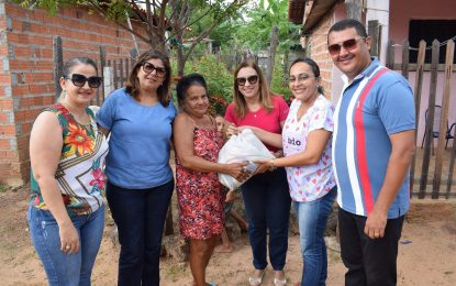 Prefeita de Guadalupe faz distribuição de cestas básicas na zona urbana do município