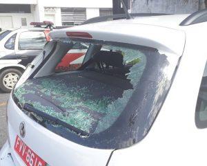 Mulher destrói carro do marido ao flagrar traição e tenta agredir policiais