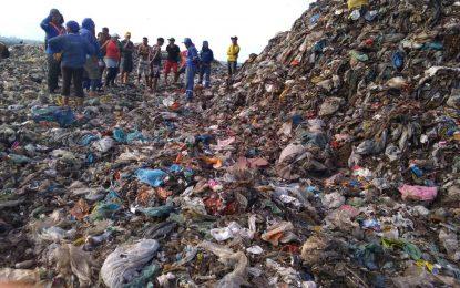Catador de lixo morre após ser esmagado por retroescavadeira em Teresina