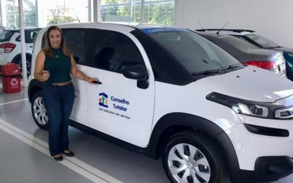 Prefeita recebe carro que atenderá o Conselho Tutelar de Guadalupe
