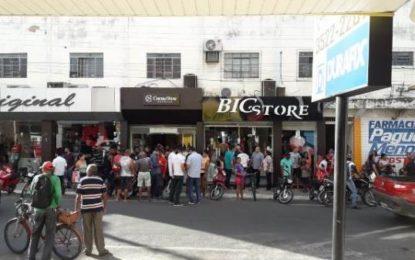 Dupla assalta loja da Cacau Show e efetua disparos no Centro de Floriano