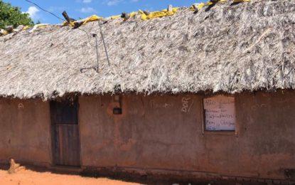 Escola municipal funciona em casa de palha em Barreiras do Piauí