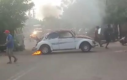 Fusca pega fogo após sair de lava jato em Campo Maior