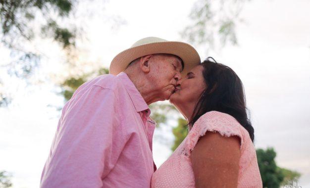Homem de 94 anos realiza sonho da esposa de casar na igreja após 4 décadas juntos