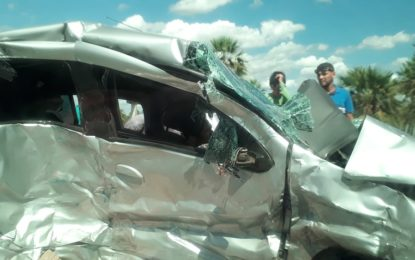 Vítima fica presa nas ferragens após colisão entre dois carros e um caminhão