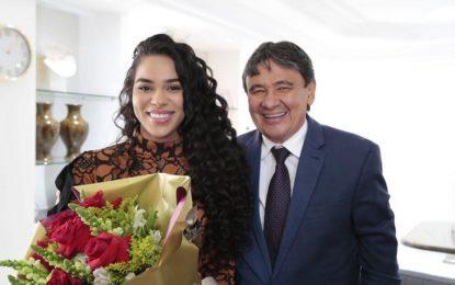 Wellington Dias recebe ex-bbb Elana Valenária no Karnak