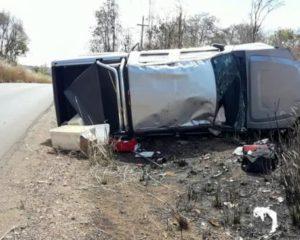 Motorista perde controle e capota caminhonete na BR-135