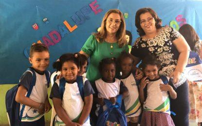 Prefeita de Guadalupe entrega fardamento e kit escolar na zona rural