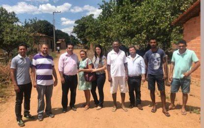 Prefeita Aldara Pinto vai às ruas que receberão calçamento no povoado Barra do Lance
