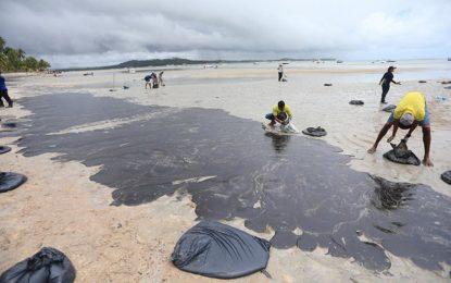 Para especialistas, boias de contenção não impedem avanço do óleo