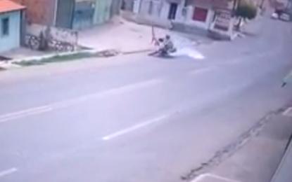 Vídeo mostra momento em que idosa é atropelada em Floriano
