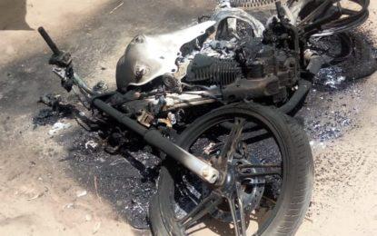 Homem é atingido por cinco tiros e suspeito tem moto incendiada em Teresina