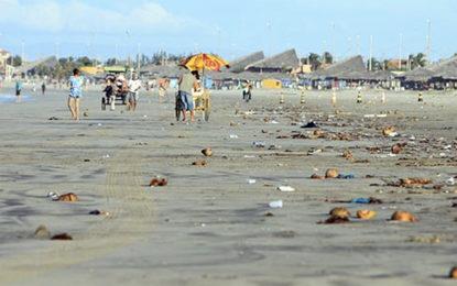Praia de Atalaia se torna imprópria para o banho e é interditada