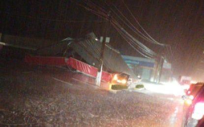 Posto de combustíveis desaba durante forte chuva em de Teresina