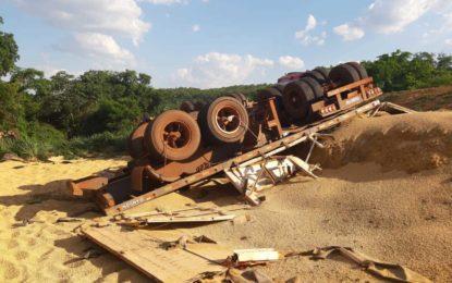 Carreta carregada de soja tomba e mata motorista entre as cidades de Uruçuí e Baixa Grande do Ribeiro