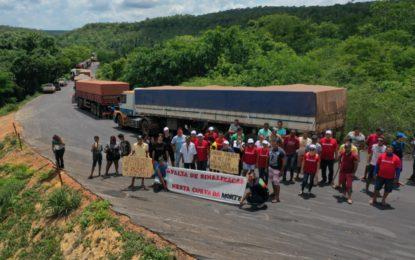 Manifestantes interditam PI-247 em Ribeiro Gonçalves e pedem melhorias na via