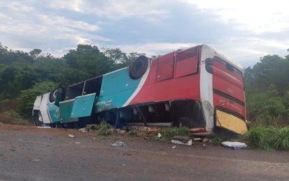 Ônibus da Princesa do Sul capota e deixa passageiros mortos na BR 135 em Bertolínia