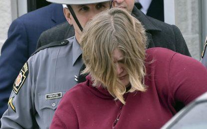 Mãe é acusada de assassinar os dois filhos achados enforcados em porão
