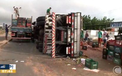 Caminhão com frutas tomba na BR-316, zona Sul de Teresina