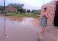 """Mulher """"pesca"""" na porta de casa após chuva na cidade de Floriano"""