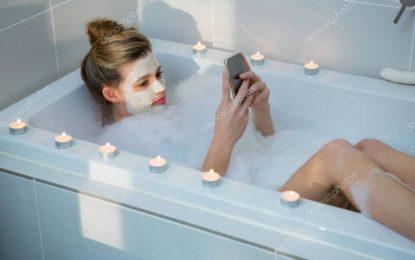 Jovem morre eletrocutada em banheira após celular cair na água
