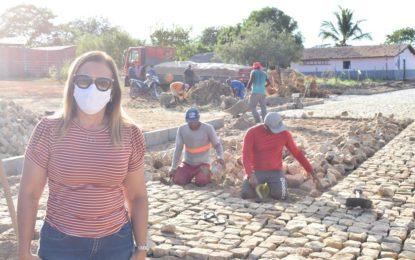 Prefeita de Guadalupe realiza vistoria em diversas ruas que estão sendo pavimentadas com calçamentos.
