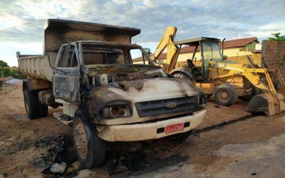 Caçamba e trator foram incendiados na cidade de Floriano.