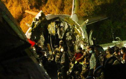 Avião se parte em dois durante pouso na Índia e deixa ao menos 16 mortos