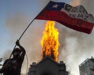 Igrejas são incendiadas no Chile em atos que marcaram 1 ano de protestos
