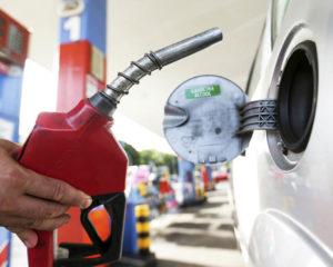 Petrobras reduz preço da gasolina em 4% nas refinarias
