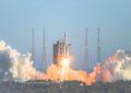 China lança foguete espacial para coletar amostras da Lua