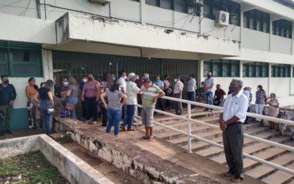 Cidades brasileiras registram aglomeração em locais de votação